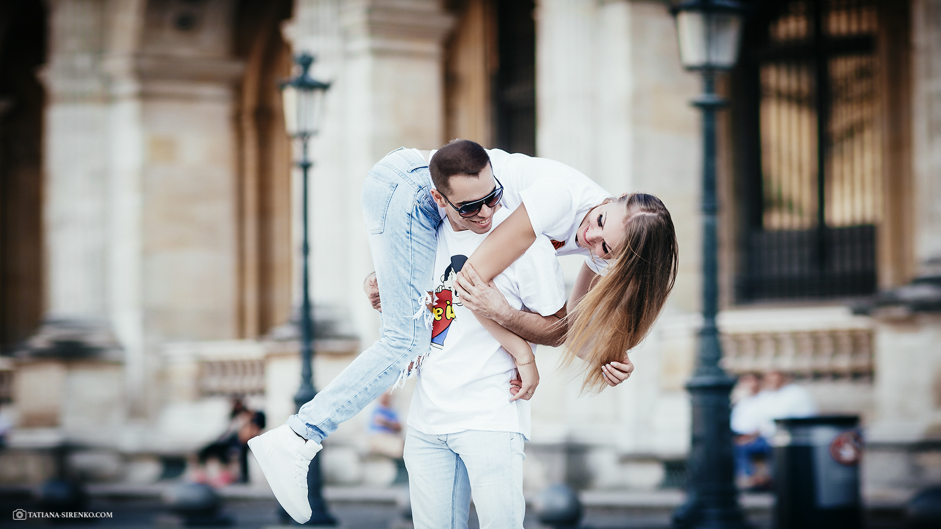 Taking pictures of lovers in Paris
